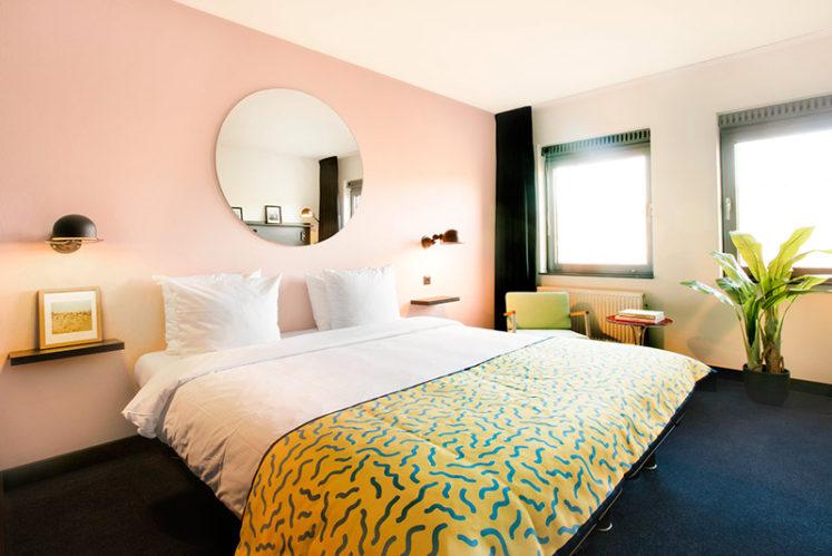 hotelroom medium